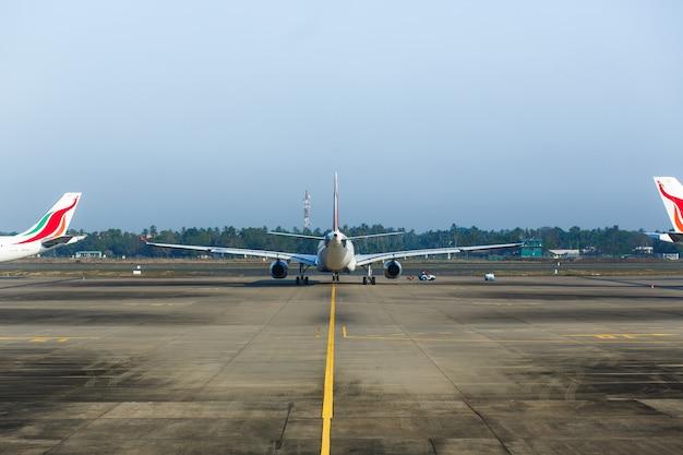 Airplaine no aeroporto se preparando para o voo