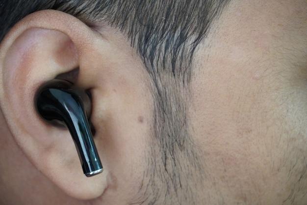 Airpods na imagem em close do ouvido