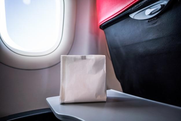 Airsick pessoa nauseante no saco vomitar vomito de ar preparado para vomitar