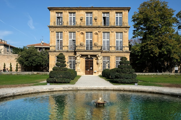 Aix-en-provence, frança - 18 de outubro de 2017: vista frontal da galeria de artes e cultura pavillon de vendome