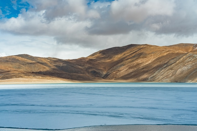 Ajardine a imagem do lago pangong e do fundo do mountain view em ladakh, índia.