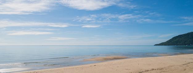 Ajardine a praia com o céu azul na tailândia.