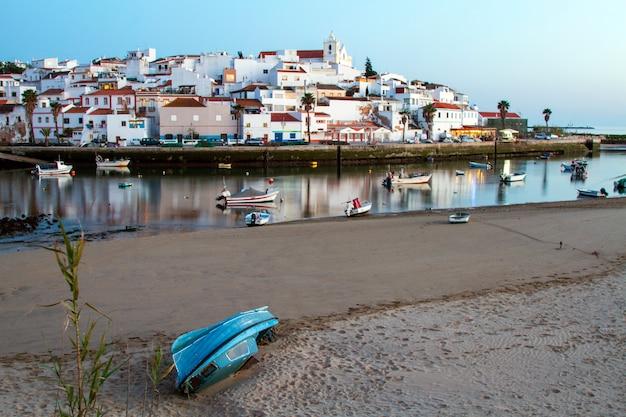 Ajardine a vista da vila litoral bonita, ferragudo, situada no algarve, portugal.