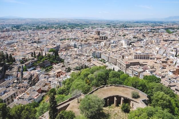 Ajardine a vista de granada do palácio de alhambra, espanha.