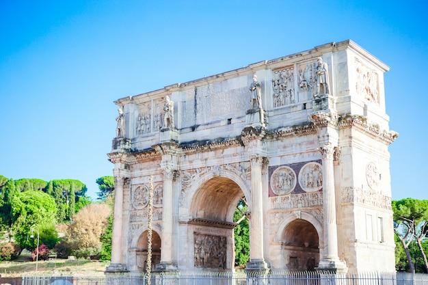 Ajardine a vista do arco de constantim em feriados ensolarados, lotes dos tousists, férias de verão, roma, itália.