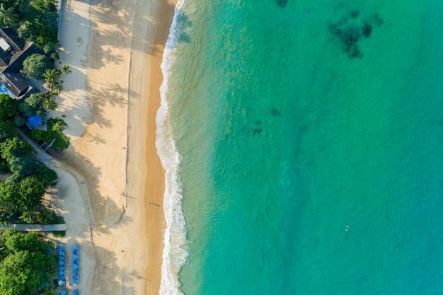 Ajardine a vista do cenário da natureza do mar tropical bonito com opinião da costa de mar na imagem da temporada de verão pelo tiro do zangão da vista aérea, opinião de ângulo alto.