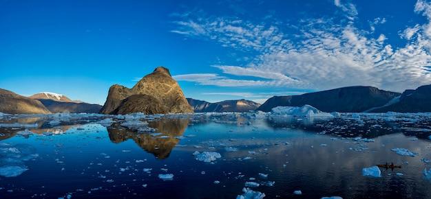 Ajardine com as rochas em gronelândia em horas de verão.