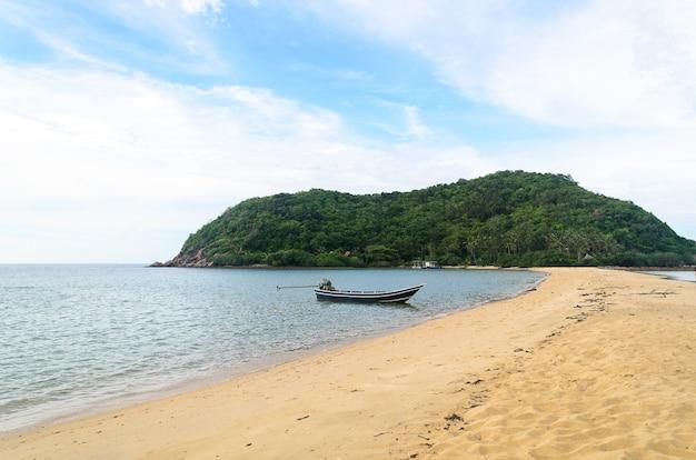 Ajardine com barco e mar sob o céu azul na manhã.