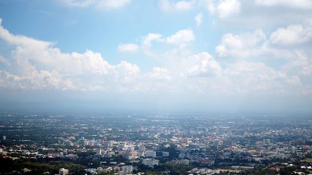 Ajardine e a vista superior do campo em chiang mai, tailândia.