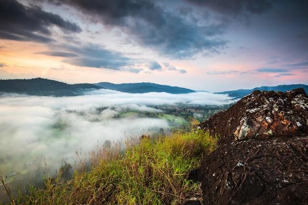 Ajardine o mar da névoa na montanha alta em nakornchoom, província de phitsanulok, tailândia.