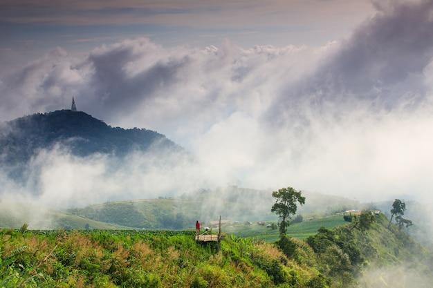 Ajardine o mar da névoa na província de phutchabun de phu- tub-berk, tailândia.