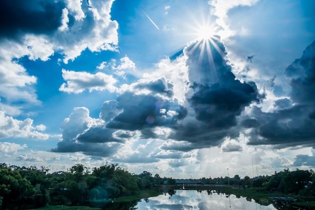 Ajardine o rio com nuvens de chuva, cenário bonito, rio tailândia da lua.