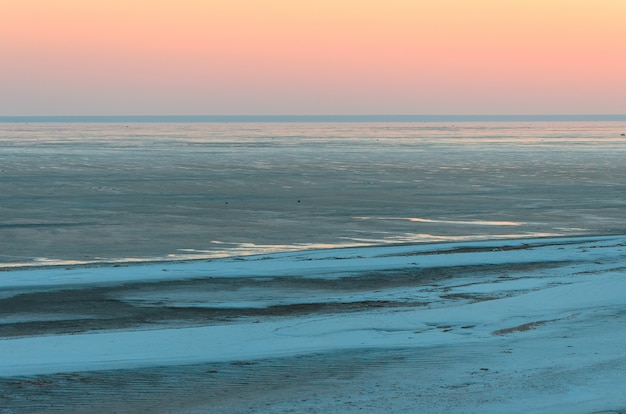 Ajardine, por do sol dourado bonito, céu vermelho sobre o lago de sal elton.