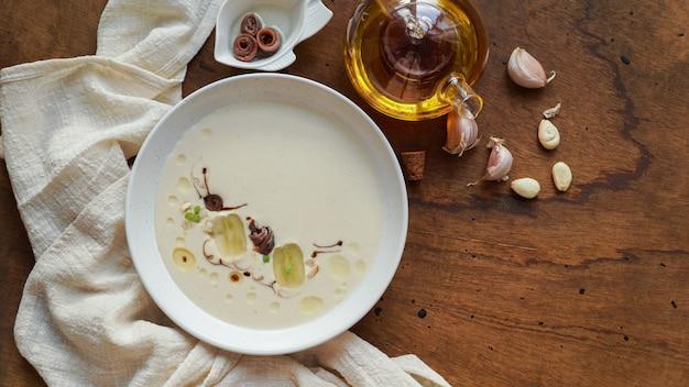 Ajo blanco, sopa fria típica espanhola, feita de amêndoas e alho com azeite e pão.