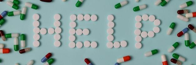 Ajuda de palavras saindo de pílulas brancas como no fundo de cápsulas multicoloridas