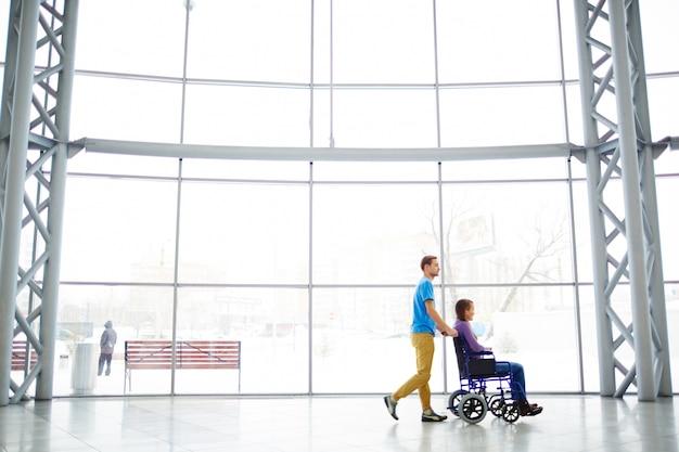 Ajudando a namorada deficiente