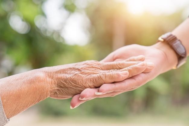 Ajudar as mãos, cuidar do conceito de idosos
