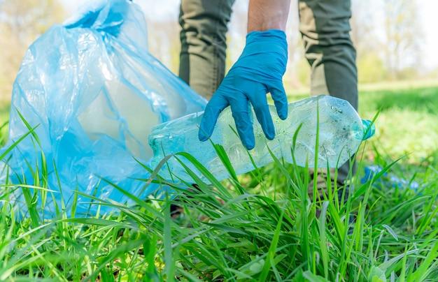 Ajude a ecologia do planeta coletando lixo na natureza