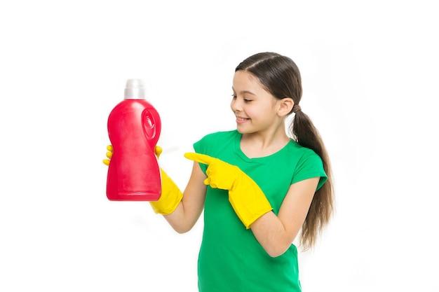 Ajude a limpar. use produto profissional para limpeza. manutenção do produto útil. produtos de limpeza. garota em luvas de borracha para limpeza segurar fundo branco líquido grande garrafa de plástico sabonete químico.
