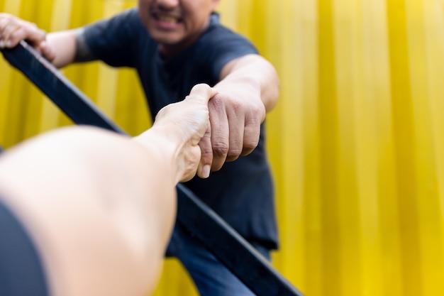 Ajude as mãos do conceito que alcançam para ajudar-se.