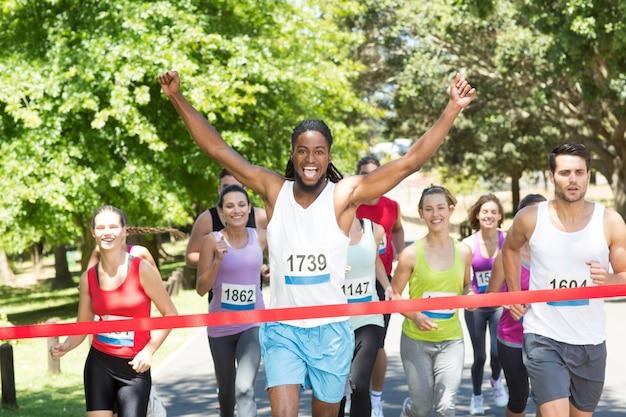 Ajude as pessoas correndo corrida no parque
