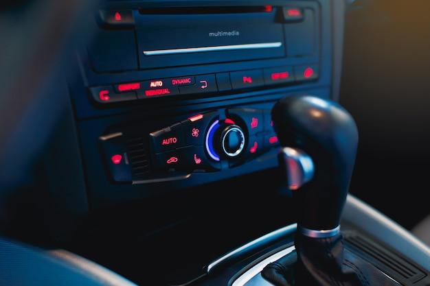 Ajustando a temperatura no controle do clima do carro