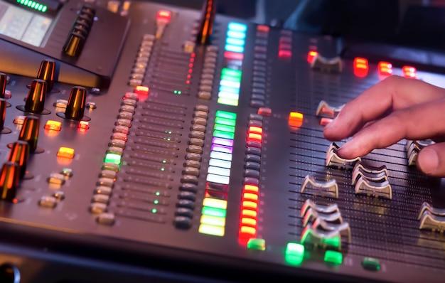Ajuste a chave do mixer de som durante o show