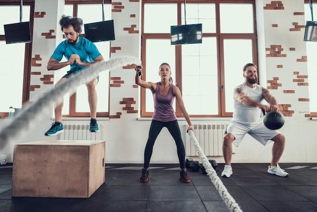 Ajuste cruzado. salta corda exercício e levantamento de peso.