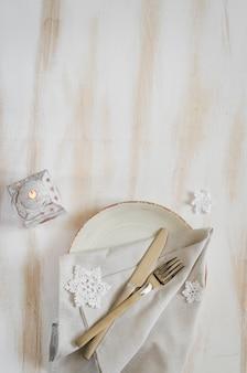 Ajuste de lugar da tabela do natal com as decorações do xmas no vintage ou no estilo de provence.