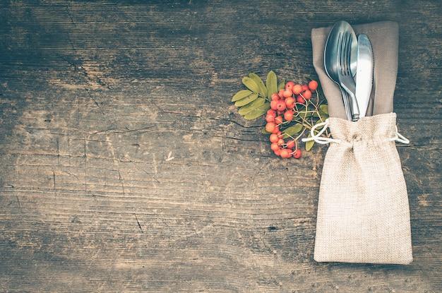 Ajuste de lugar do outono de ação de graças com talheres