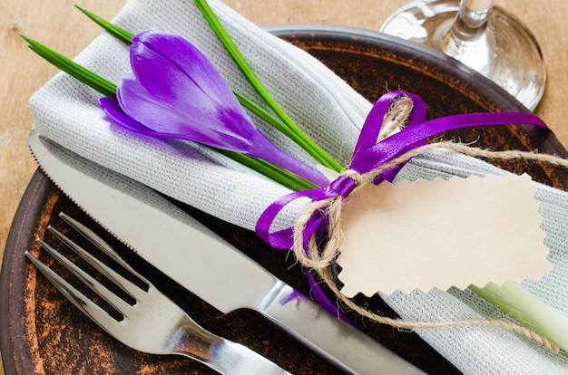 Ajuste festivo da tabela com flor e empty tag.