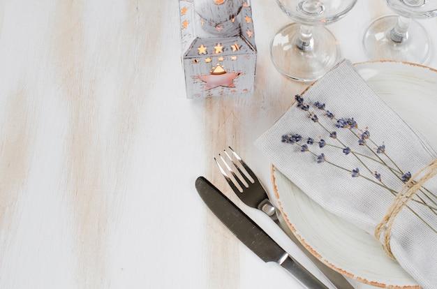 Ajuste festivo da tabela com velas e alfazema.