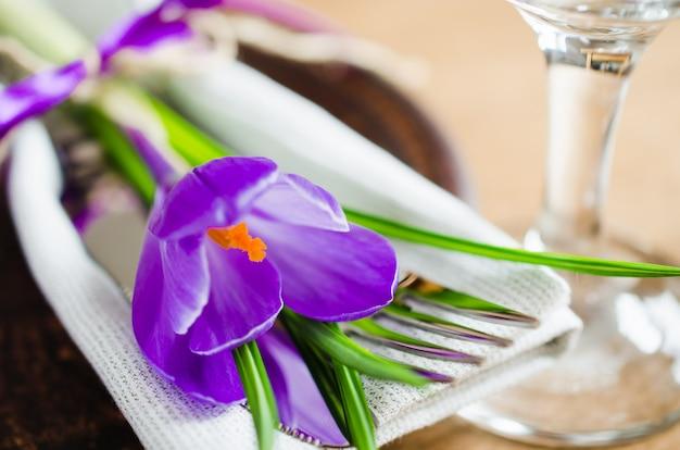 Ajuste festivo da tabela da mola com flor fresca.