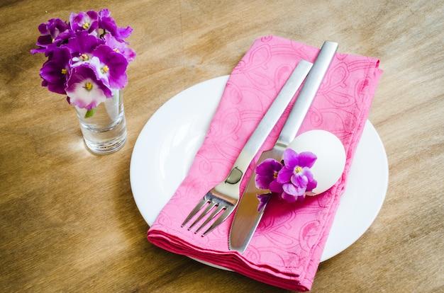Ajuste festivo da tabela de easter com flor fresca.