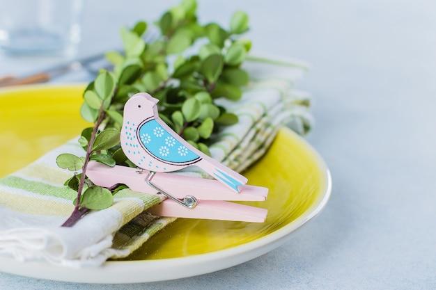 Ajuste festivo da tabela para o jantar da páscoa do feriado na tabela com copyspace. conceito de cartão de férias de primavera