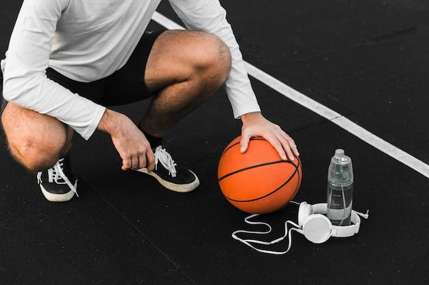 Ajuste o atleta de basquete que treina ao ar livre