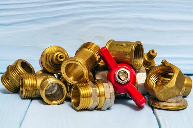 Ajuste os acessórios do encanamento em placas de madeira azuis durante o reparo ou substituição de peças sobressalentes