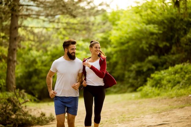 Ajuste saudável e esportiva casal correndo na natureza