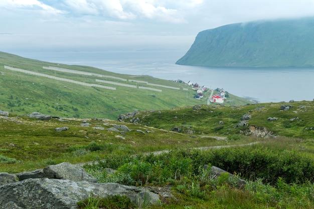 Akkarfjord é uma pequena vila de pescadores na ilha de soroya, no município de hammerfest, finnmark, noruega