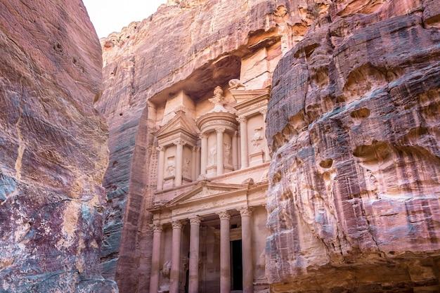 Al khazneh na antiga cidade de petra, na jordânia.