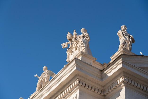 Ala esquerda da colunata de são pedro e estátuas na cidade do vaticano