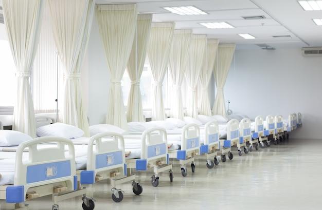 Ala hospitalar com leitos e equipamentos médicos