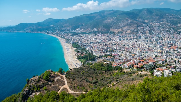 Alanya praia vista superior na montanha com costa no mar azul e o porto cidade plano de fundo - bela praia de cleopatra alanya turquia paisagem marco de viagens