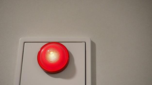 Alarme de emergência de incêndio ou alerta ou equipamento de aviso de sino de cor vermelha na parede de fundo branco no edifício para segurança no japão.