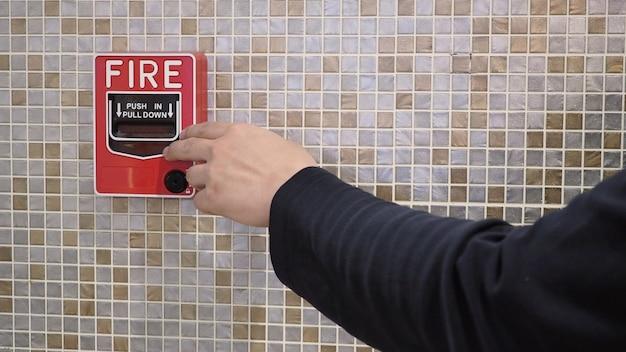 Alarme de incêndio ou alerta ou equipamento de aviso de campainha e mão esquerda. no edifício para emergência e segurança.