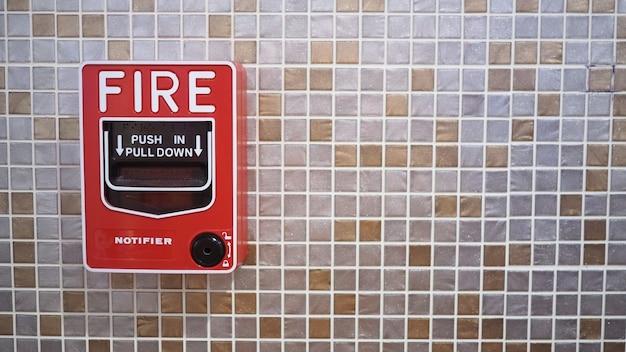 Alarme ou alerta de emergência de incêndio ou equipamento de aviso de campainha na cor vermelha no edifício para segurança.
