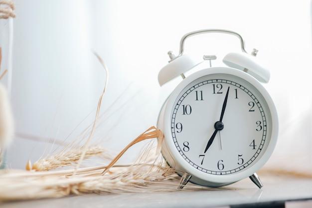 Alarme retro branco do close up. alerta matinal.