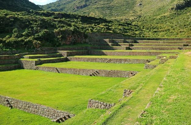 Alastrando antigos terraços agrícolas de tipon no vale sagrado, região de cusco, peru