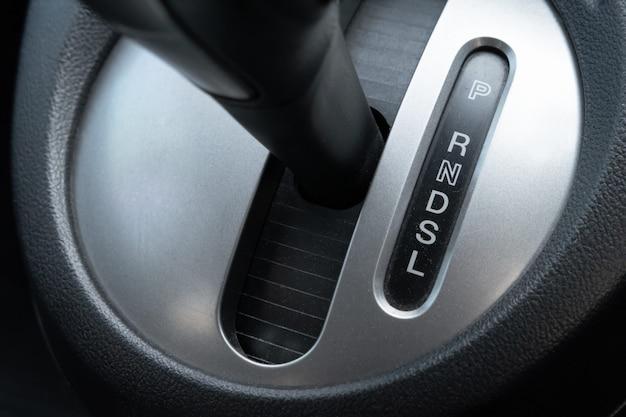 Alavanca da caixa de velocidades do carro no lugar do motorista.