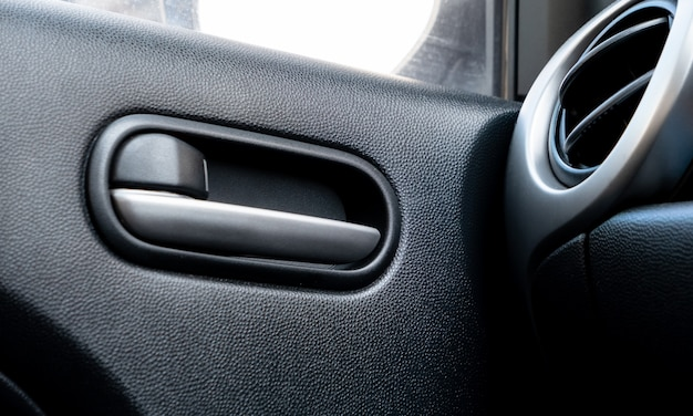Alavanca da fechadura da porta do carro dentro do lugar do motorista.